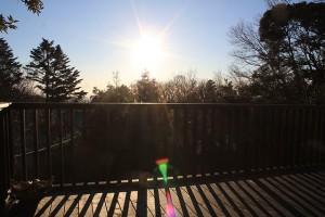 デッキから見た元日の朝日。8時半頃の写真のため、日は昇りきっていますが、快晴!