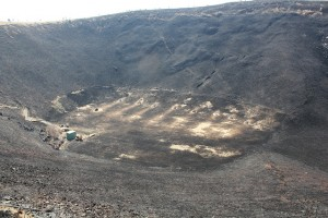大室山山頂からお鉢を望む。焼き終わった後も、ところどころ煙があがり、焦げた臭いがしています。